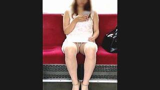 【盗撮動画】最初はしっかり閉じていた美脚も徐々に開かれてパンチラ露出してる対面ギャル♪