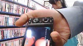 【盗撮動画】書店で立ち読みしてるセーラーJKを逆さ撮りして捕獲したパンチラと記念撮影♪