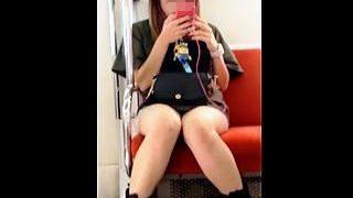 【盗撮動画】平日の空いてる電車内で対面ギャルの▼ゾーンを凝視するように隠し撮♪