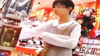 【盗撮動画】休日のSCで見かけたJCっぽい女の子のロリーなおぱんちゅを隠し撮り♪