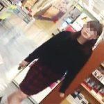 【盗撮動画】下半身のムチムチ感とパンチラコラボが堪らない上玉ターゲットの女子大生♪