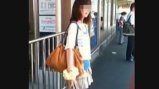 【盗撮動画】電車を待つ駅のホームで子供のような仕掛けでパンチラ撮られた貧乳美脚女子大生♪