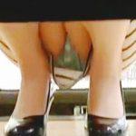 【盗撮動画】レンタル店で彼氏とビデオ選びしてる美脚ワンピ女子の垂涎のしゃがみパンチラ♪