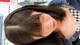 【盗撮動画】恥ずかしそうに乳首がコンニチワって言ってそうな女の子の無警戒な胸元♪
