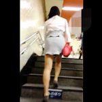 【盗撮動画】駅の階段を昇ってエスカレーターに乗った推定Tバック女子の美尻に釘付け♪