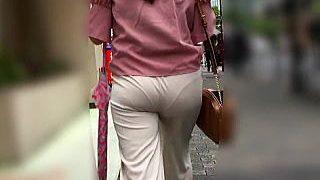 【盗撮動画】スケベなPラインをクッキリハッキリ浮かび上がらせて通りを歩いてるデカ尻女子♪