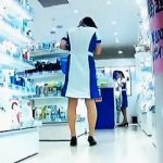 【盗撮動画】この店の制服マニアは見逃せない!店員さんのパンチラを一瞬だけ捉えた貴重映像♪