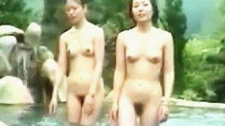 【盗撮動画】女撮り師潜入取材!開放感満点の露天風呂を楽しむ女子たちの猥褻全裸を隠し撮り♪