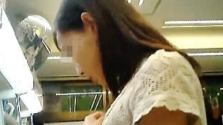 【盗撮動画】ワンピースにガードパンツ穿いてたヤボなお嬢さんの眩しい隙間パンチラ♪