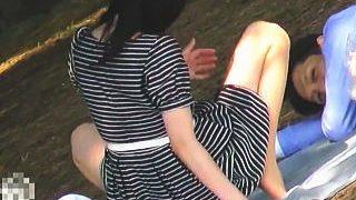 【盗撮動画】野外痴態カップル!生理パンチラをM字で彼氏に見せつけるデンジャラスな彼女♪