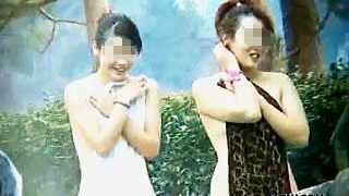 【盗撮動画】大自然と覗きマニアのカメラに囲まれた温泉露天風呂でのんびり入浴中の淑女たち♪