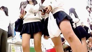 【盗撮動画】コンビニはパンチラ女子校生たちと自然に触れあえる最高のロケーションな件♪