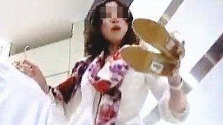 【盗撮動画】股間にキッチリと喰い込んだショッキングピンクのパンチラが眩しい店員さん♪