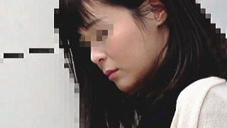 【盗撮動画】清楚系のパイパン人妻が電車で痴漢被害に遭っておマ〇コずぶ濡れにされた昼下り♪