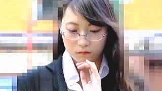 【盗撮動画】インテリジェンスな雰囲気漂うOLが痴漢に指マンとミニローターで弄られてた♪