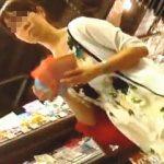 【盗撮動画】お買い物してるワンピお姉さんのパンチラを今夜のオカズに決めた靴カメオヤジ♪