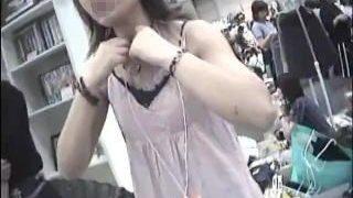 【盗撮動画】フリマ会場では買い手の女子も売り手の女子も胸チラオープンで賑わってる件♪