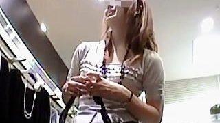 【盗撮動画】ブーツスタイルのステキな店員さんのパンチラはしゃがんだ瞬間が一番エロい♪