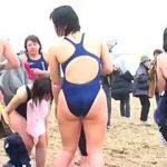 【盗撮動画】奇祭!某大学のふんどし男子学生と競泳水着のJDが集うシュールな寒中水泳♪