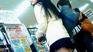 【盗撮動画】雰囲気バツグンで極上レベルのミニスカ美脚JKのパンチラは見応え十分♪