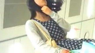 【盗撮動画】お店で品定め中の雰囲気バツグンのお姉さんはパンチラも一級品だった件♪