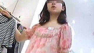 【盗撮動画】ゆるふわ系で美少女チックな店員さんのパンティは意外にも結構攻めてた件♪