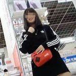 【盗撮動画】お友達とショッピング中にポップ柄の萌えパンティを逆さ撮りされた女の子♪