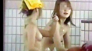 【盗撮動画】覗き屋のメッカとなっていた某県某所にある合宿風呂で隠し撮られたJDたち♪
