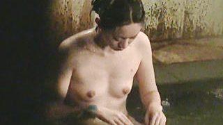 【盗撮動画】温泉情報誌にも載ってる有名温泉で貸切状態で入浴してる打楽器女子を覗き撮り♪