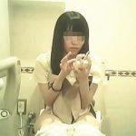 【盗撮動画】ショッピングモールの女子トイレでスマホ片手にながら小便してる私服JK♪