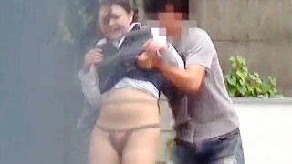 【盗撮動画】真昼の通りに響き渡るOLたちの悲鳴!スカート捲りは大人になっても楽しかった♪