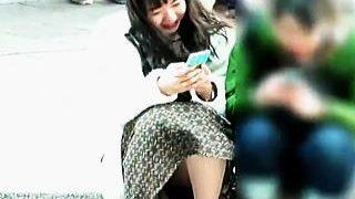 【盗撮動画】広場で女の子たちがナチュラルに開放してる野外パンチラには格別なエロがある♪