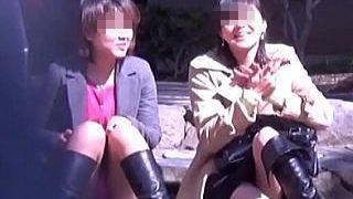 【盗撮動画】女友達と一緒にいると気が緩むのかお互いパンチラしあう自然露出な女子たち♪