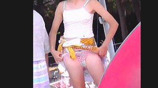 【盗撮動画】現行犯の公然猥褻レベル!ビーチで生着替えしてる女の子がマン毛晒してやがる♪