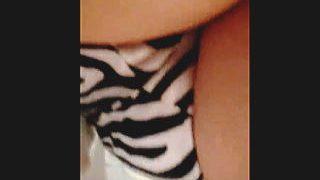 【盗撮動画】このコーデは正解なのか?白黒ドットスカートにゼブラパンティ合わせてる女子♪