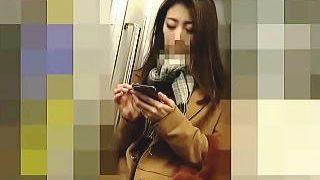 【盗撮動画】電車でスマホに熱中し過ぎてうっかり股間に痴漢の侵入を許した無警戒なOLさん♪