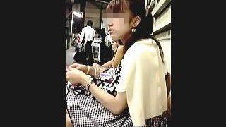 【盗撮動画】JDでしょうか?駅のホームのベンチで見掛けましたのでパンティを確認しました♪