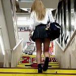 【盗撮動画】撮り師を煽って階段パンチラバトルしてるドンキが似合う金髪ミニスカ女子校生♪