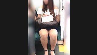 【盗撮動画】イヤらしさ満点のムチムチとした脚の奥底に見える▼ゾーンで悩殺するスケベ女子♪