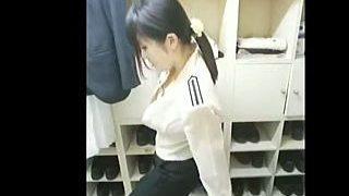 【盗撮動画】夜勤明けの女子更衣室で着替え姿を隠し撮りされた某有名ホテル勤務の女の子♪