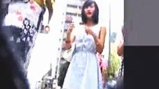 【盗撮動画】歳は芦〇愛〇ちゃんくらいでしょうか?夏祭り会場に向かう美少女の灼熱パンティ♪