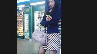 【盗撮動画】黒スト美脚のお姉さんを逆さ撮りしたらエロ臭がムンムンしてるパンティですた♪