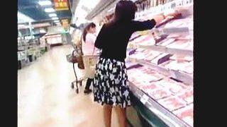 【盗撮動画】ハイリスクなスーパーで夕飯の食材を買いに来た若妻たちのパンチラ撮ったった♪