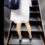 【盗撮動画】エスカレーターでPラインを透けさせてパンチラ撮りを煽って来る女子たちの素顔♪