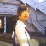 【盗撮動画】帰宅ラッシュの電車を待つ脱いだら凄そうなJKの凶器レベルの太ももとパンチラ♪