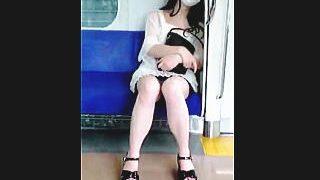 【盗撮動画】「あなたアタシのパンチラ撮ってるでしょ?」電車でパンチラ見せつけてきた痴女♪