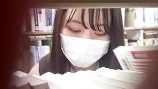 【盗撮動画】図書館だけど思わずその場でシコりたくなる!マスク美人JKのしゃがみパンチラ♪