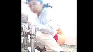 【盗撮動画】和式女子トイレで隠しカメラの存在に気付いた女子の冷静な対応が素晴らしすぎる件♪