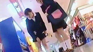 【盗撮動画】放課後ゲーセンで時間をつぶしてる女子校生たちの制服と同化した純白パンチラ♪
