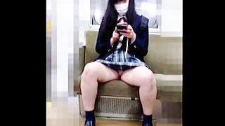【盗撮動画】撮影されてることに気付いた女子校生がパンチラ見せつけた後に何故か無言でキレる♪